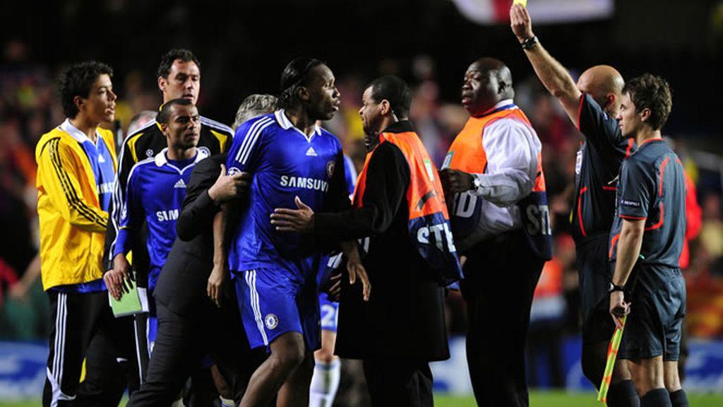 Drogba se encara con el arbitro por una tarjeta amarilla