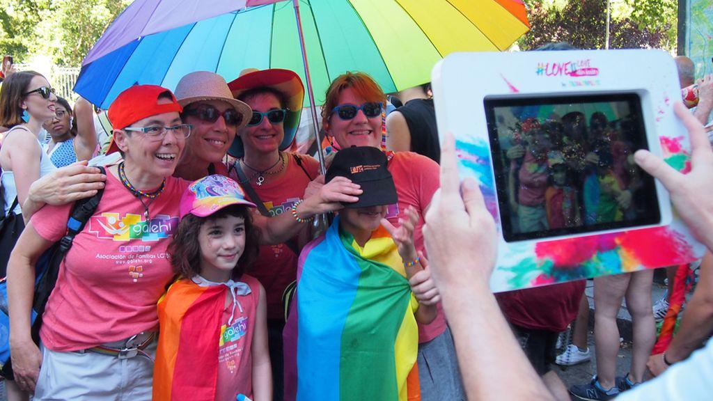 Besos, corazones y reivindicación de derechos en el Orgullo