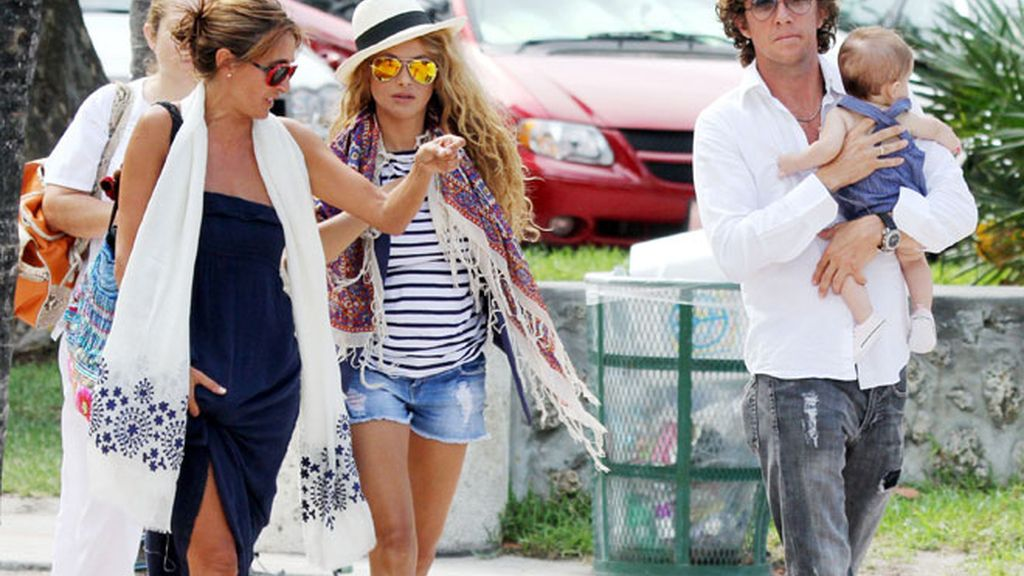 Paulina y Colate salen de paseo con su pequeño Andrea Nicolás