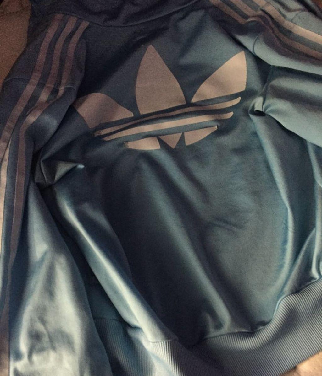 ¿Cuál es el color de la chaqueta?