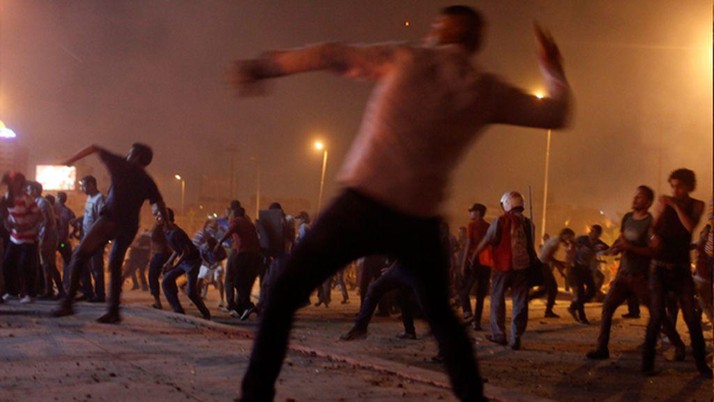 Manifestantes anti-Morsi lanzan piedras contra los seguidores del expresidente derrocado