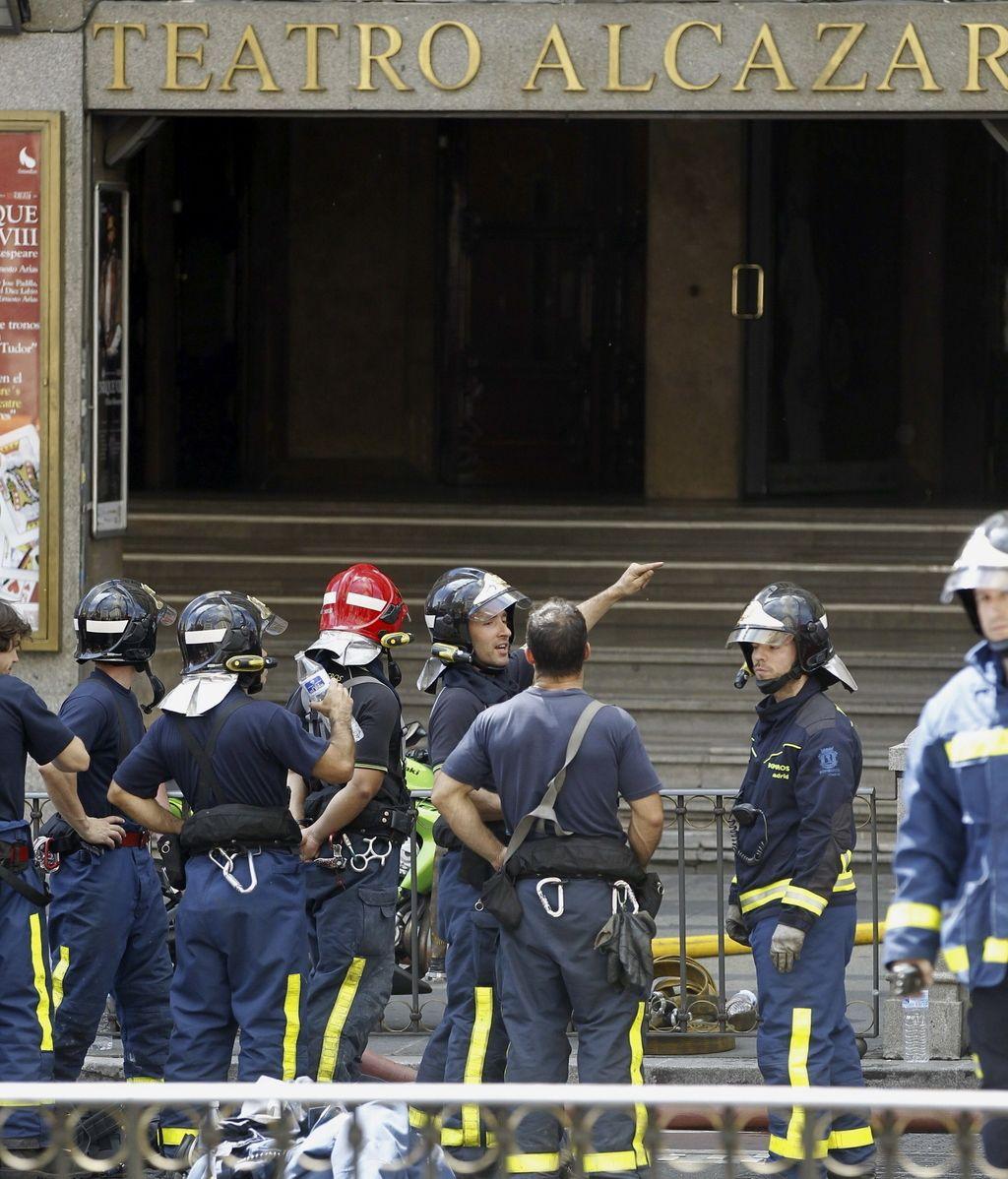 Los bomberos a las puertas del Teatro Alcázar de Madrid