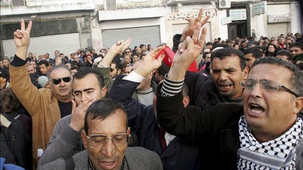 Imagen de la manifestación convocada en Túnez, este sábado, en solidaridad con las víctimas de los incidentes de Sidi Bouzid. EFE