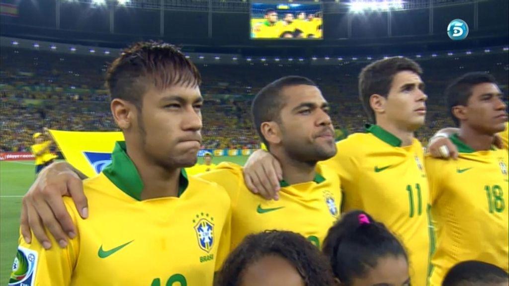 Neymar, durante el himno nacional brasileño