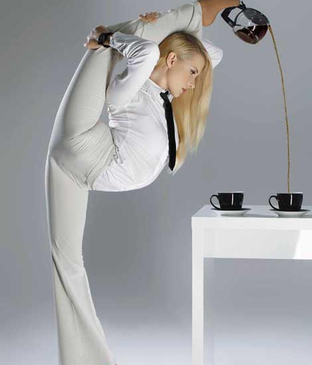 Una contorsionista en la oficina