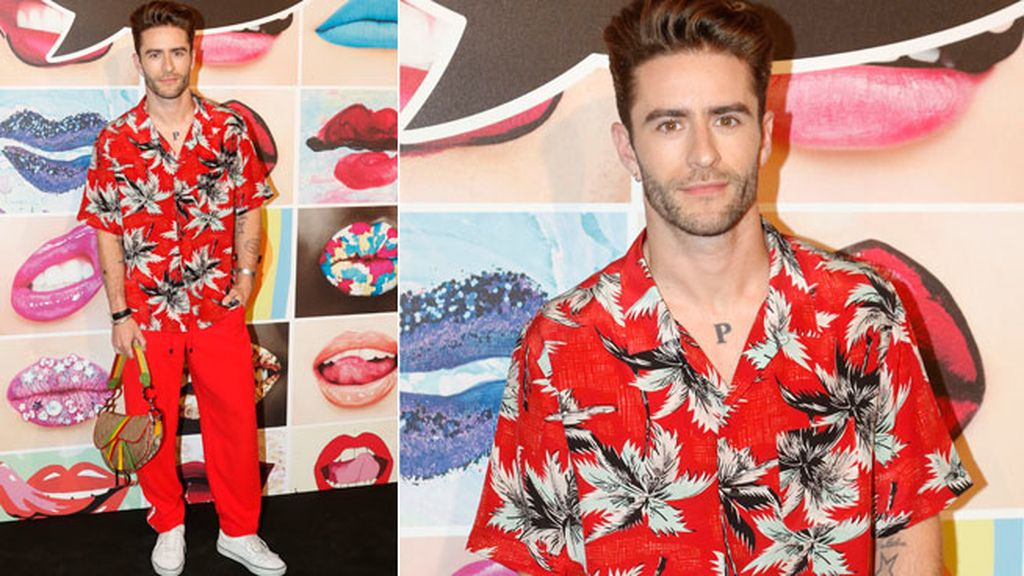 Pelayo Díaz optó por el tropicalismo en rojo con pantalón tendencia 'atheleisure'