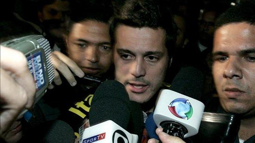 El guardameta de la selección brasileña de fútbol, Julio Cesar desembarca en el aeropuerto de Tom Jobim, en Río de Janeiro (Brasil), procedente de Johanesburgo (Sudafrica), tras la derrota ante Holanda. EFE
