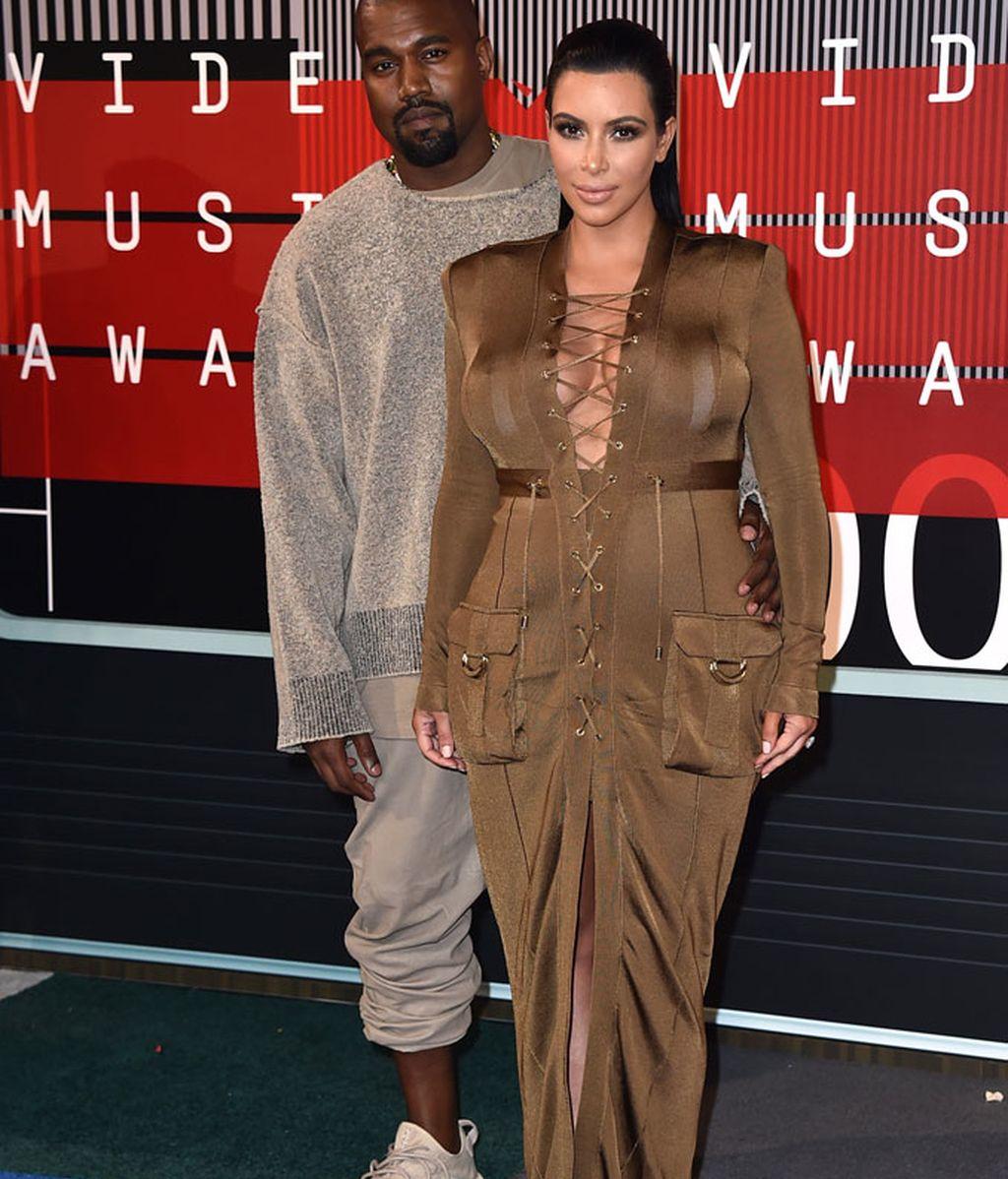 Kanye West y Kim Kardashian, ella de Balmain, en los MTV