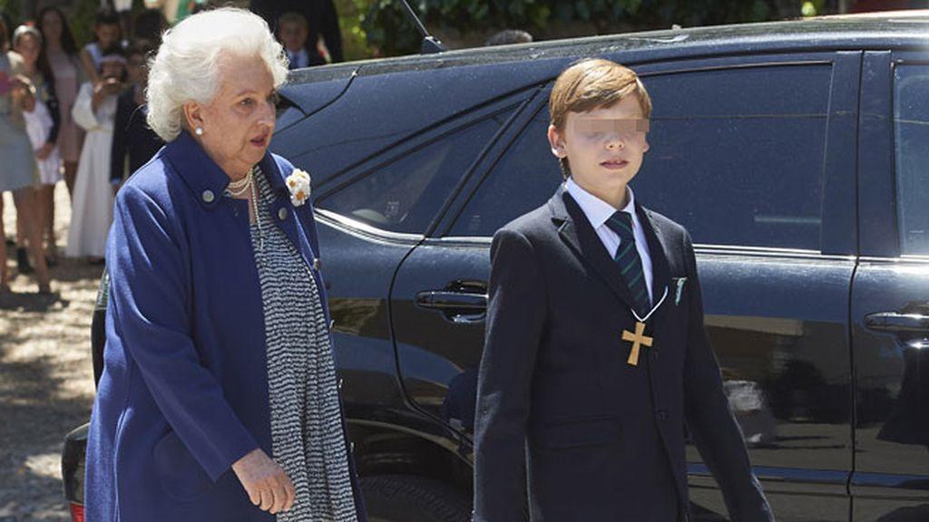 Luis, de 9 años, junto a su abuela Pilar, que vistió chaqueta y pantalón azul eléctrico