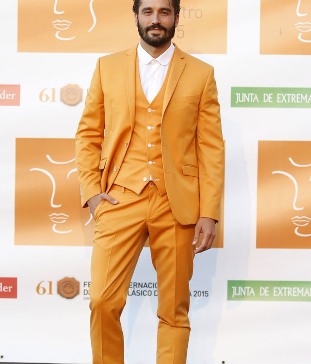 El actor Alex García, con un vistoso traje color mostaza