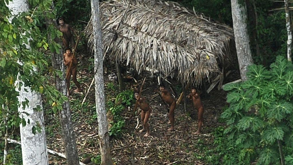 Miembros de una tribu del Amazonas empuñan sus lanzas al ver un avión por primera vez