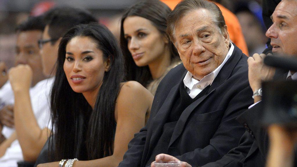 Donald Sterling y su novia en un partido de los Clippers