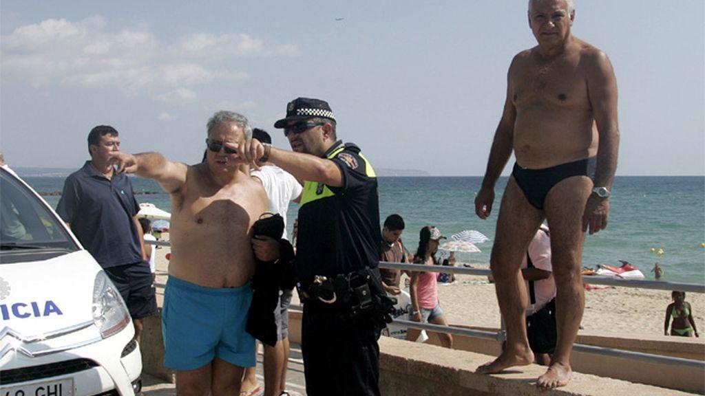 Un policía indica a unos turistas en Mallorca