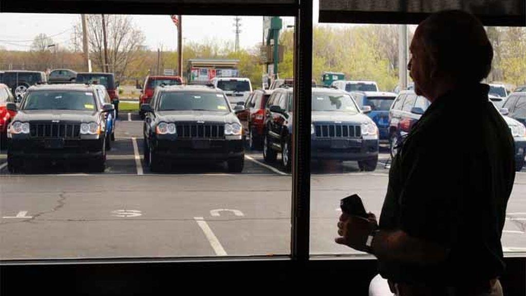 Un vendedor en un concesionario de coches