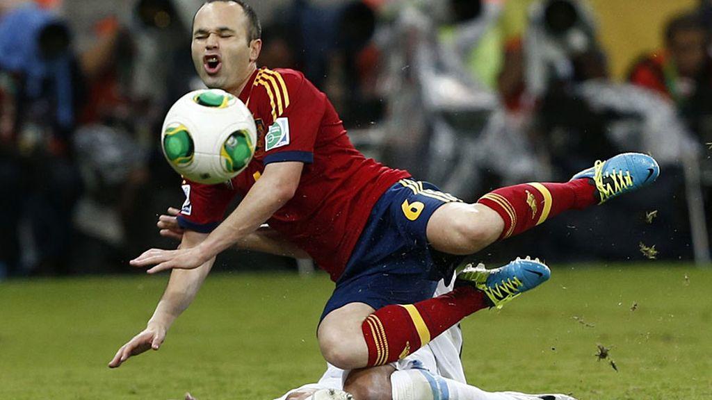 Iniesta cae ante una dura entrada de un jugador uruguayo