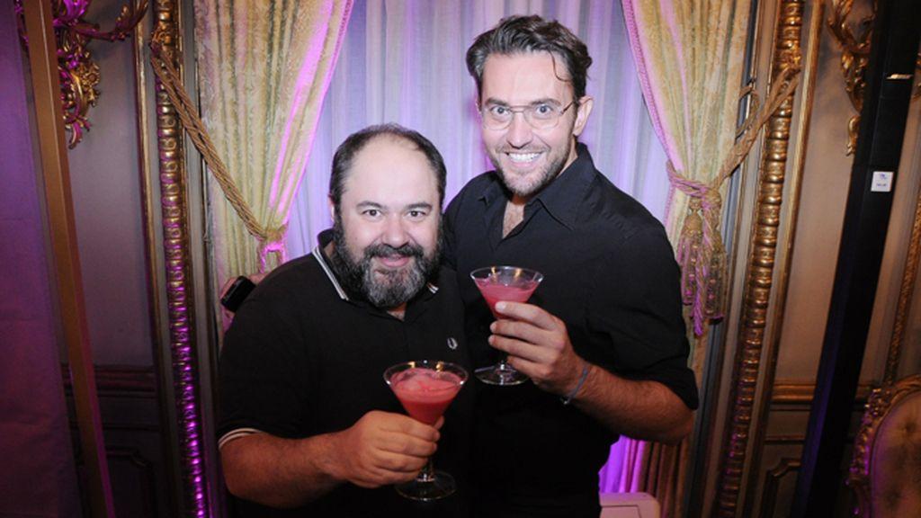 Jorge Calvo y Máxim Huerta disfrutaron de los originales cócteles que se sirvieron en la fiesta