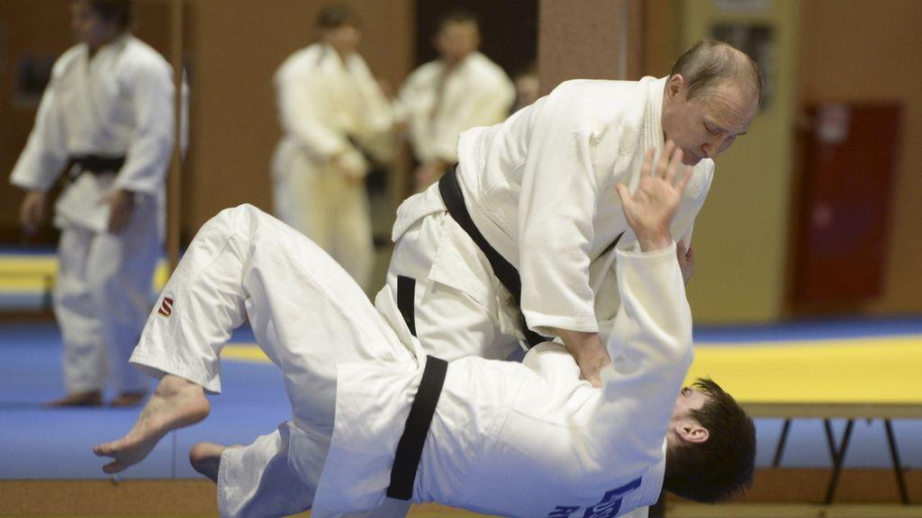 Vladimir Putin practicando su deporte favorito, el karate (17/01/2015)