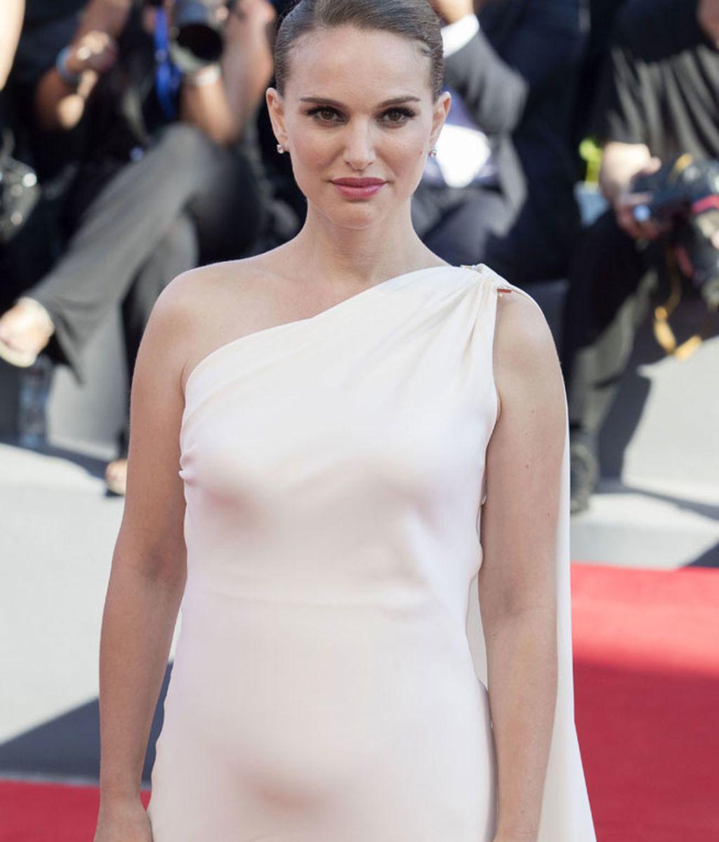 De blanco con un vestido de un solo tirante, presentaba 'Planetarium'