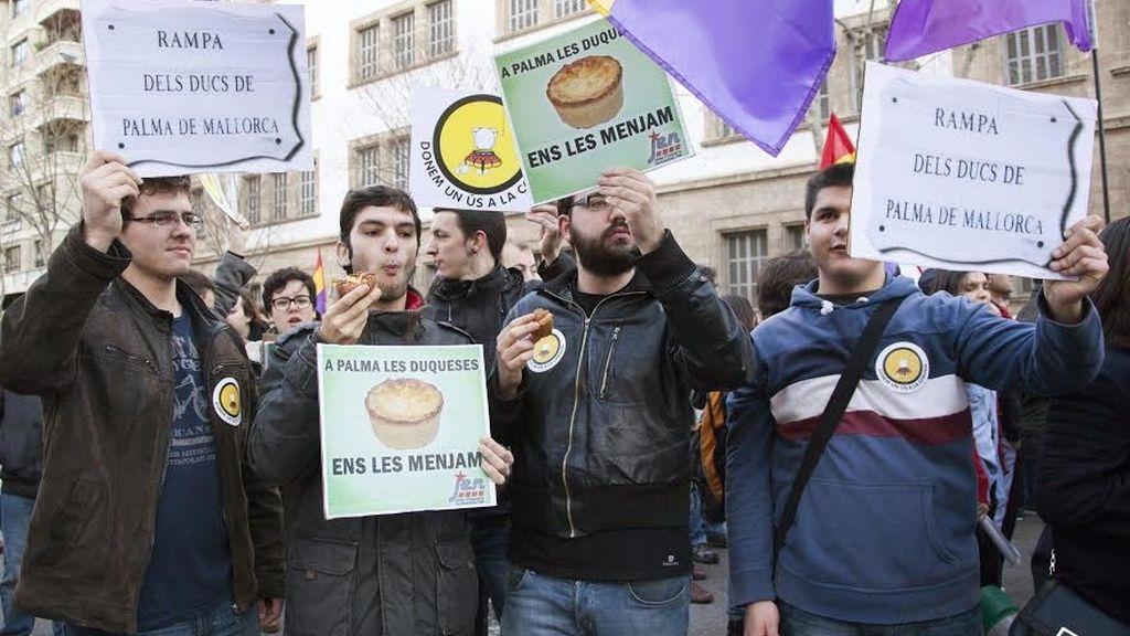 Manifestantes en favor de la República, la independencia y en contra de la monarquía