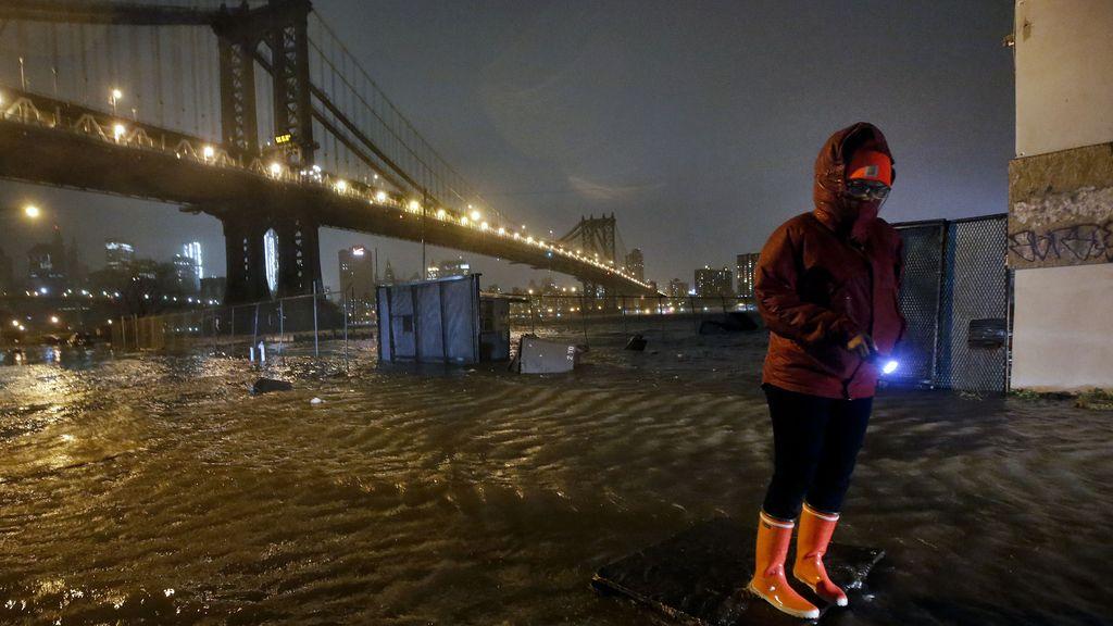 Los aledaños del puente de Brooklyn han quedado anegados por el agua por el pasod el huracán Sandy