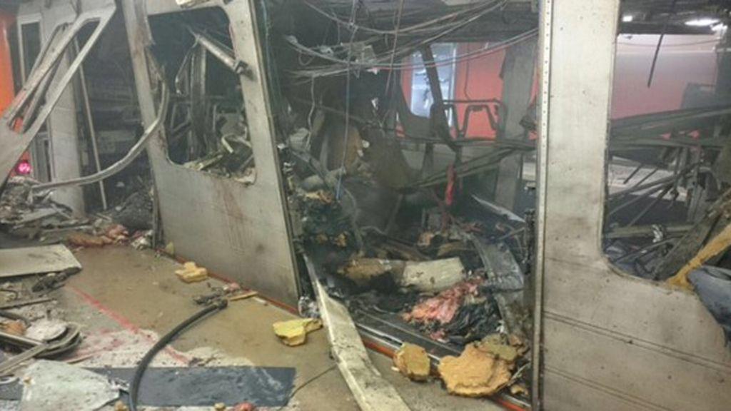 Interior de uno de los vagones del metro de Bruselas tras la explosión