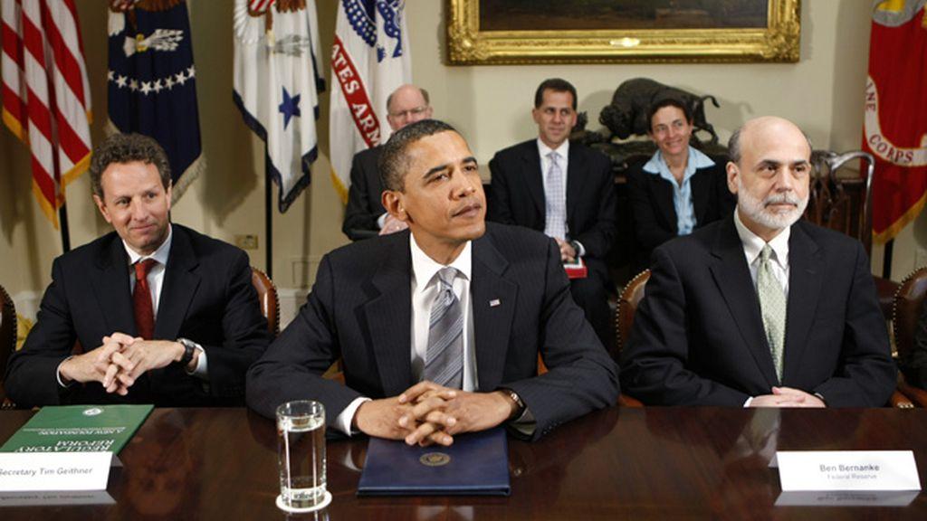 Obama flanquedao por Tim Geithner y Ben Bernanke