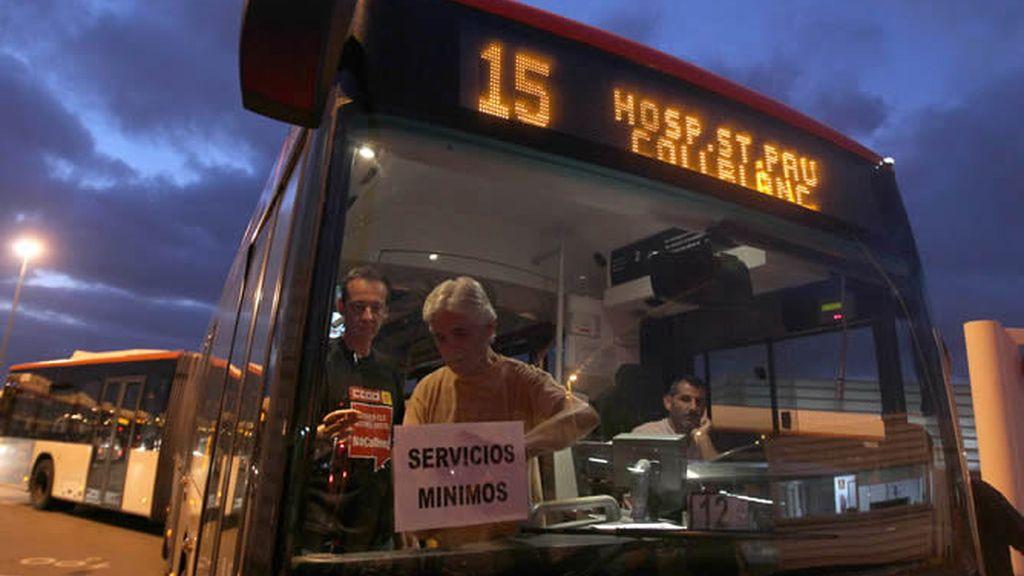 Un autobús sale de las cocheras en Barcelona durante una jornada de huelga