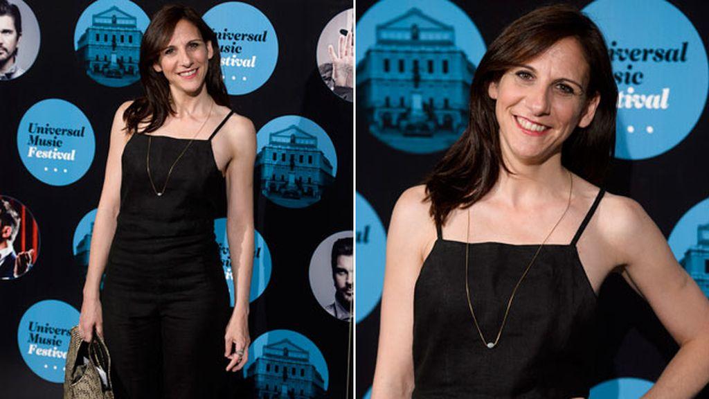 Malena Alterio posó sonriente con un clásico modelo negro