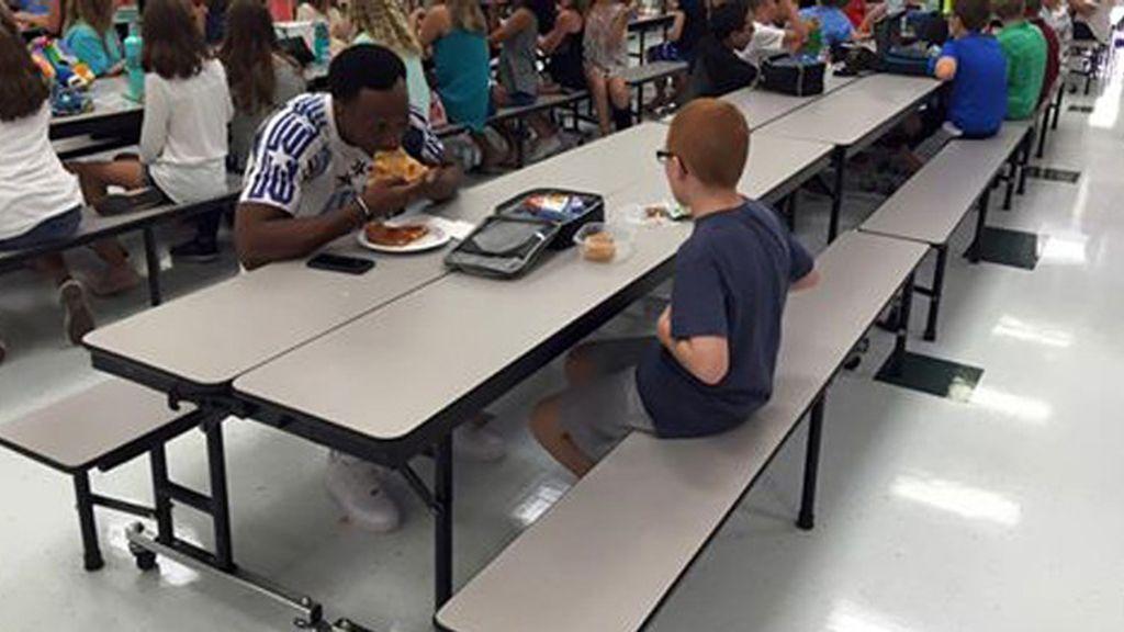 El emotivo gesto viral de un deportista al acompañar en el almuerzo a un niño autista