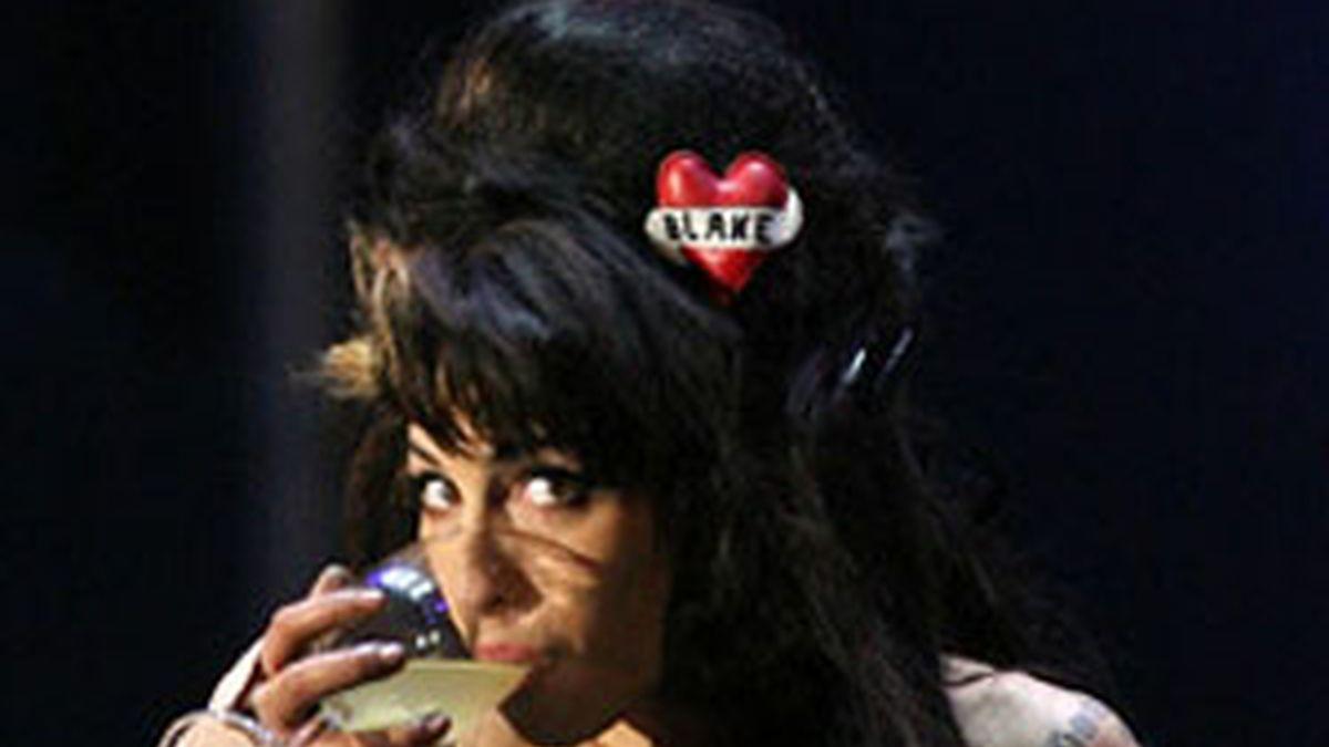 La cantante británica tuvo problemas con su garganta en su primer concierto, después de un periodo de desintoxicación de las drogas.