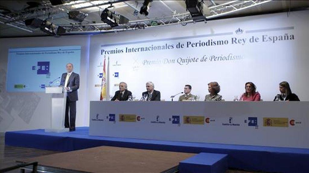 El rey Juan Carlos durante su intervención en la entrega de los Premios Internacionales de Periodismo Rey de España, en su XXVI edición, en un acto celebrado hoy en la Casa de America de Madrid. EFE