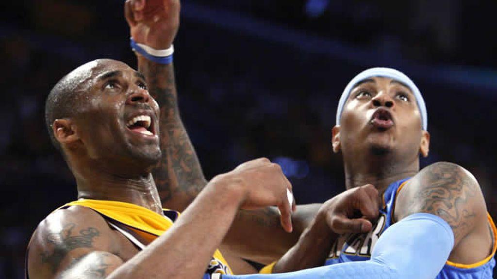 Kobe Bryant pugna por la posición con Carmelo Anthony
