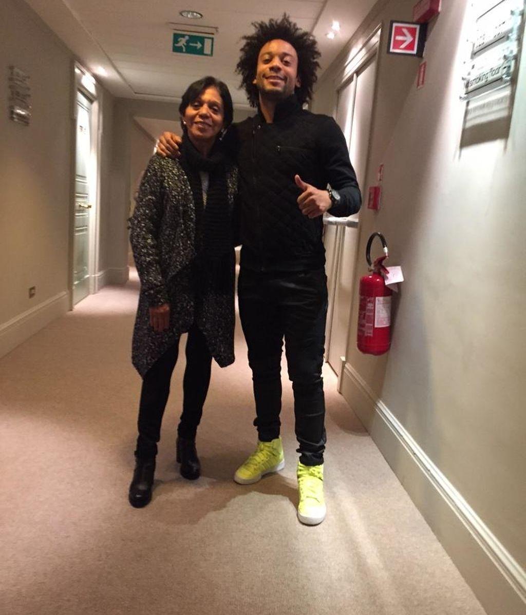 Marcelo, posando junto a su madre en Brasil