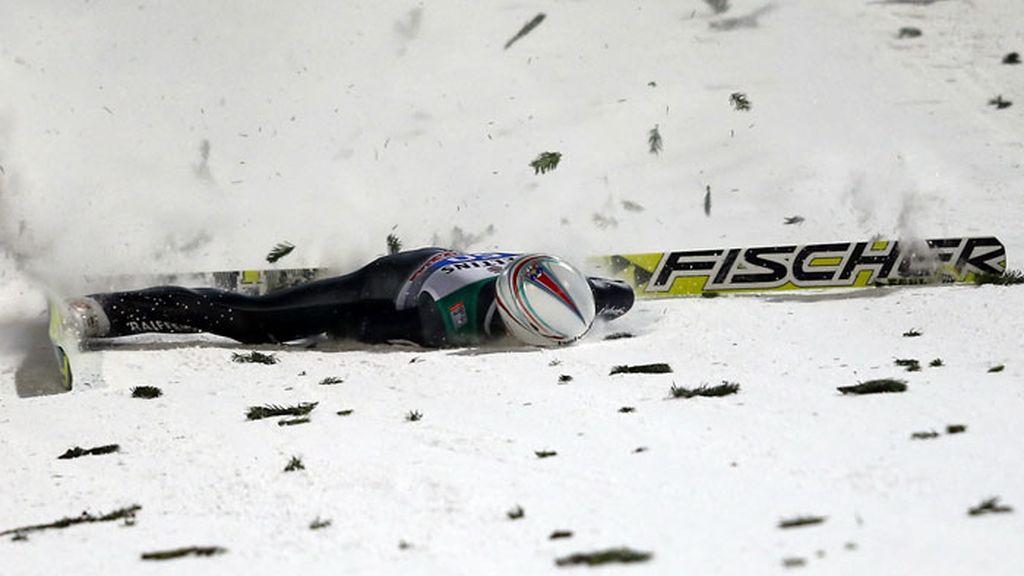 Simon Ammann se estrelló durante el Cuatro Trampolines