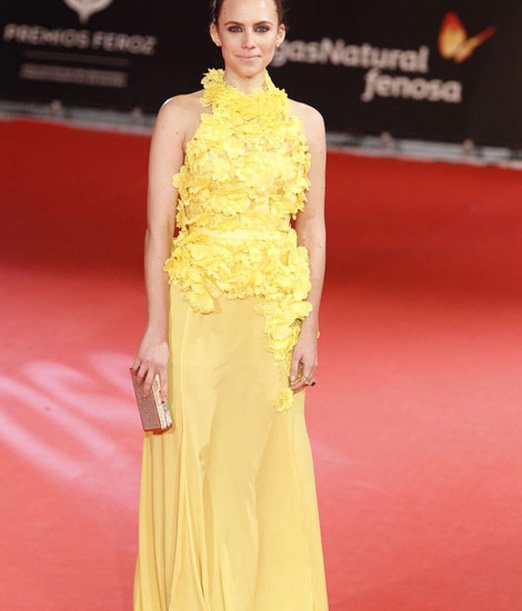 Aura Garrido con un vestido de falda de gasa y cuerpo de flores en color amarillo