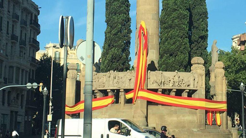 Monumentos de Barcelona con banderas españolas