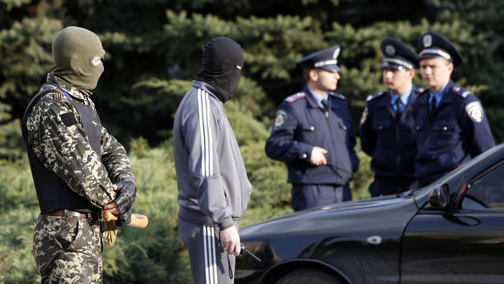 Separatistas prorrusos frente a la policía Ucraniana
