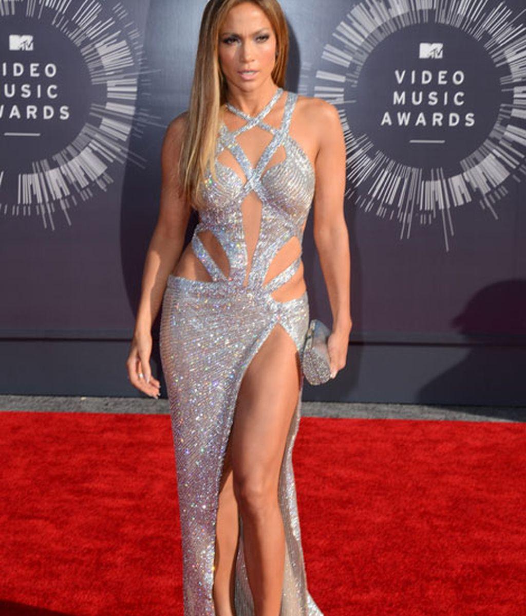 Jennifer Lopez con un Charbel Zoe, de corte asimétrico