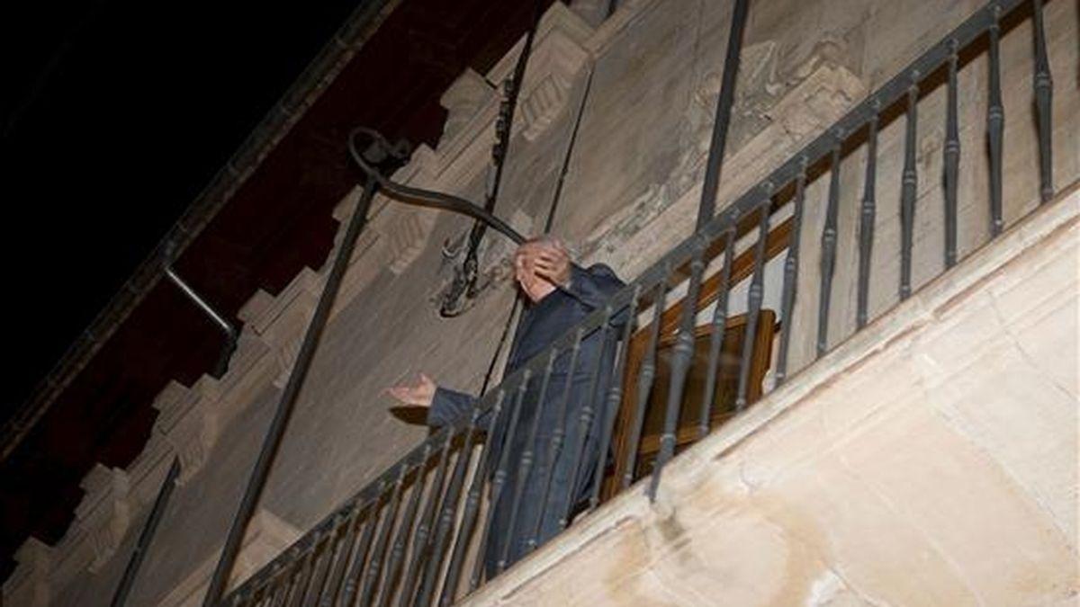 El abogado del ex presidente del Gobierno balear Jaume Matas, Rafael Pereda, en el balcón de la vivienda que el ex presidente tiene en la calle San Feliu de la capital balear, donde ayer se realizó un registro ordenado por el juez instructor del Palma Arena, José Castro. EFE