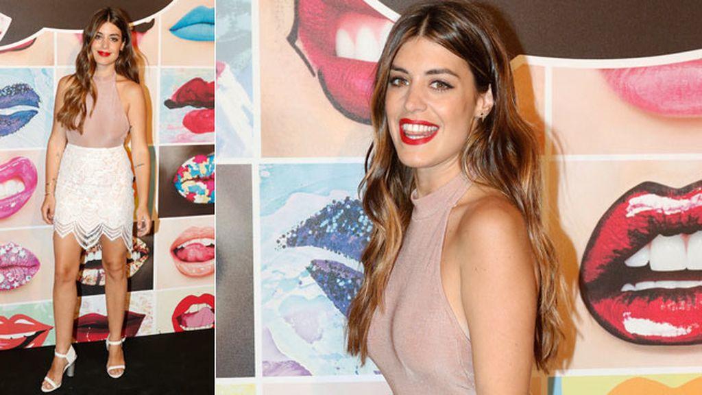 Aida Domenech, Dulceida, con falda blanca y top 'nude'