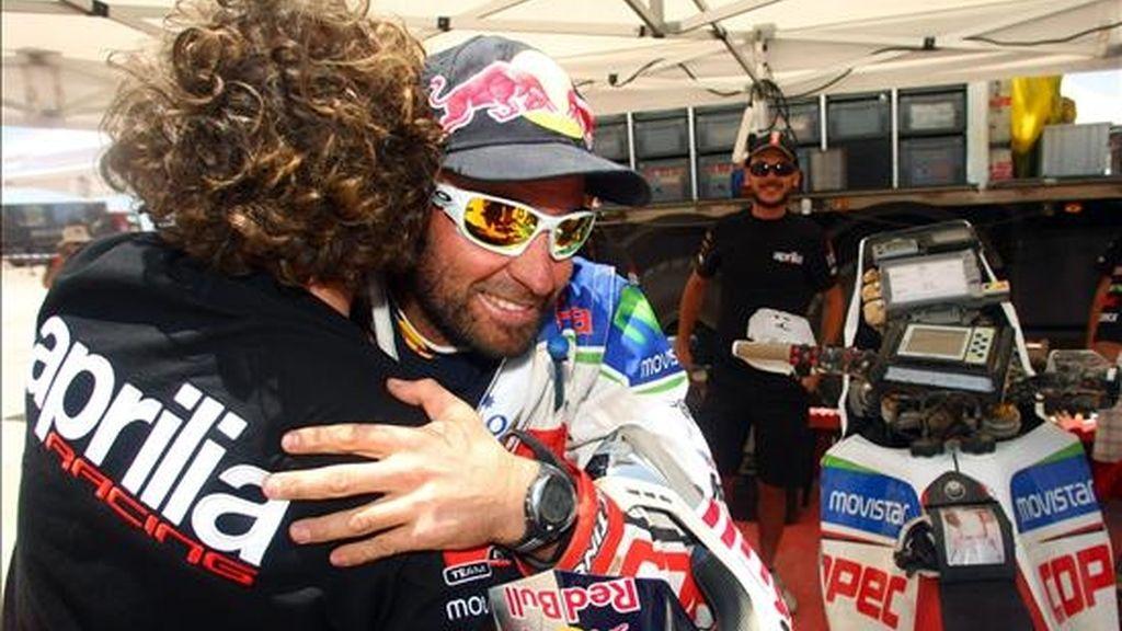 El piloto chileno Francisco López saluda a sus técnicos al llegar al campamento del Rally Dakar 2011 y después de ganar la séptima etapa del certamen entre Arica y Antofagasta (Chile). EFE