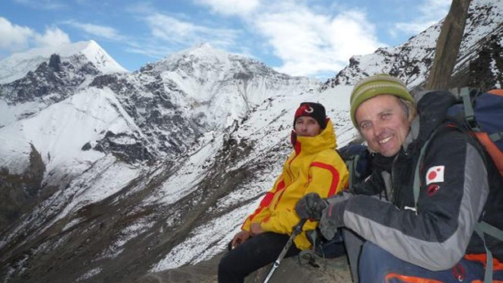Manu y Jesús descansan en uno de los muchos collados de más de 5.000 metros