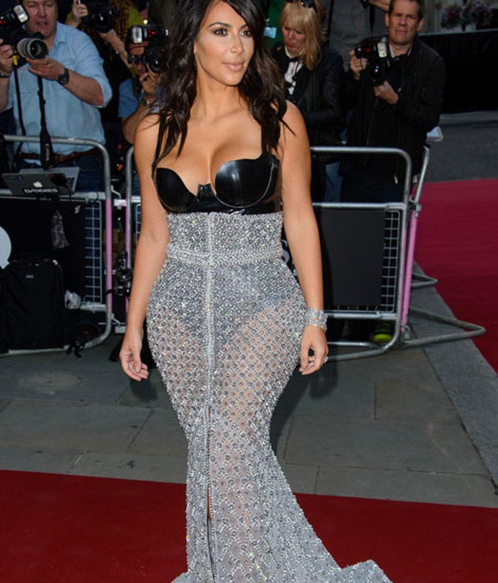 Kim Kardashian con top de cuero y falda transparente color plata
