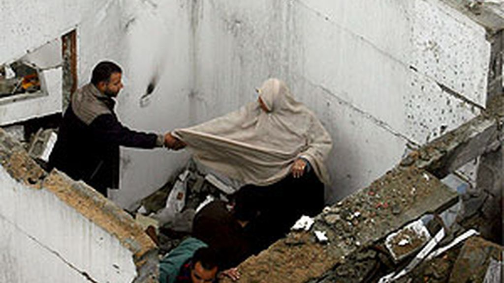Una familia palestina observa los daños en su vivienda tras un bombardeo israelí sobre el campamento de refugiados Maghaze en Gaza. Foto:EFE