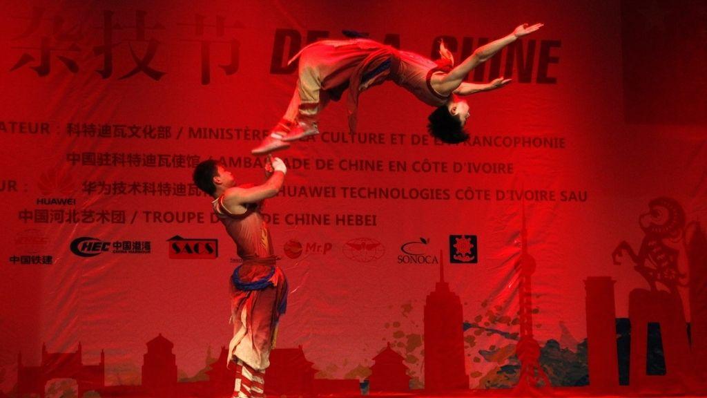 Compañía de acróbatas chinos participantes en festival de Costa de Marfil