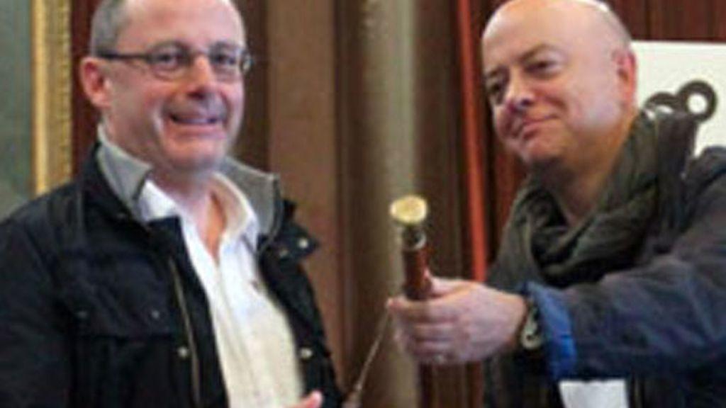 El nuevo alcalde de San Sebastián, Juan Karlos Izagirre (izda), de Bildu, recibe el bastón de mando de manos del hasta ahora primer edil, Odón Elorza, del PSE/EE, en el pleno de constitución del Ayuntamiento.
