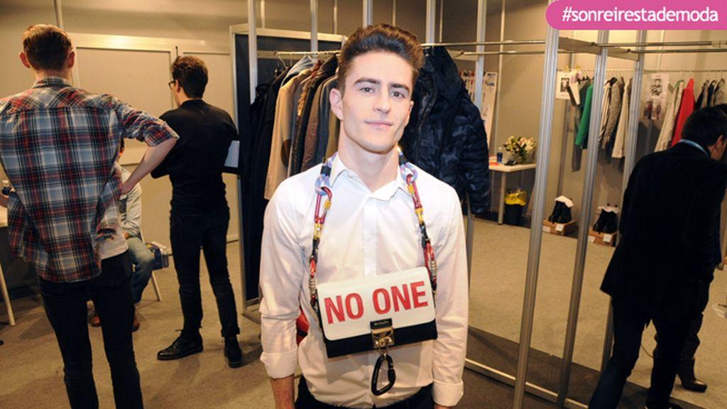 """Pelayo Díaz con uno de los espectaculares bolsos que ha diseñado para """"No One"""""""