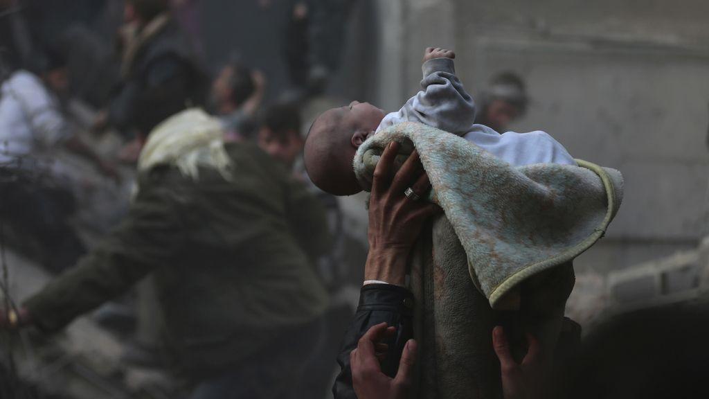 Rescatan a decenas de niños supervivientes de un ataque del régimen