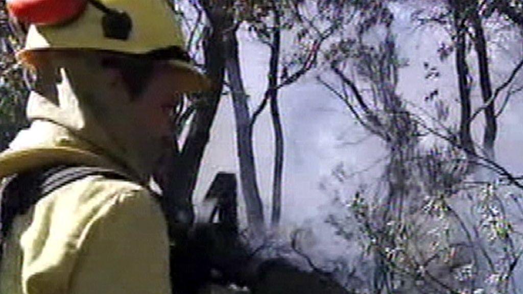 Un bombero extinguiendo fuego