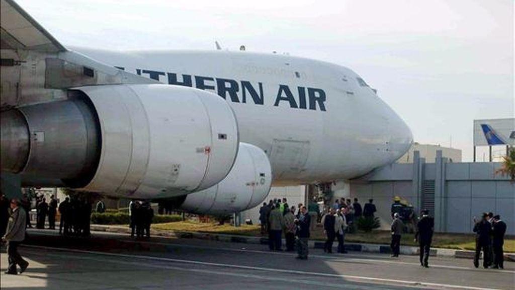 Un avión hace escala en el aeropuerto de El Cairo (Egipto). EFE/Archivo